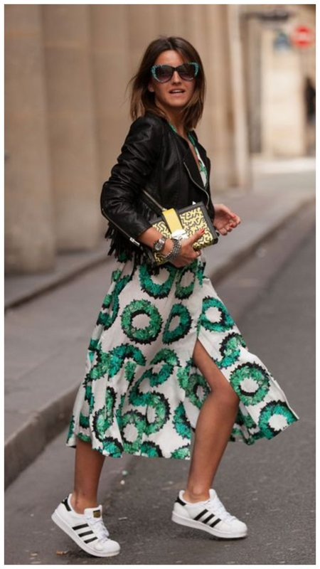 Платье с кедами и кожаной курткой