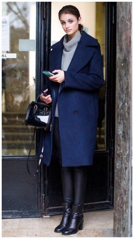 Синее пальто и черный низ