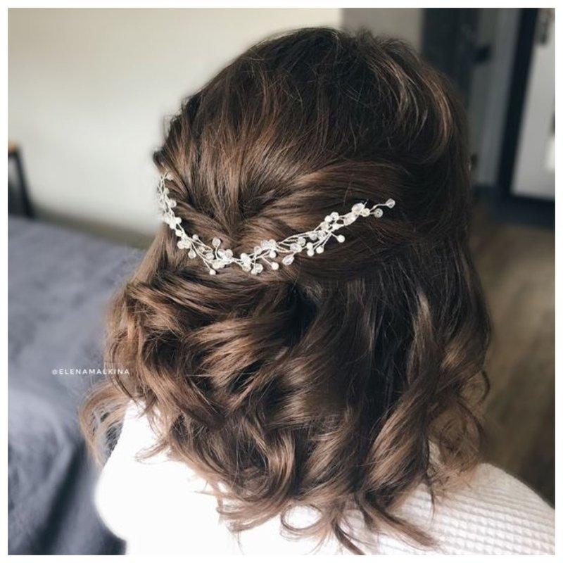 Легкая прическа для волос до плеч на свадьбу