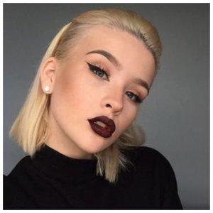 Вечерний макияж со стрелками и темной губной помадой