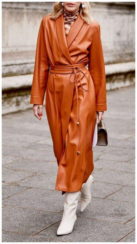 Красивое платье-халат из кожи