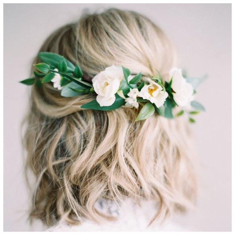 Невеста с живыми цветами в волосах