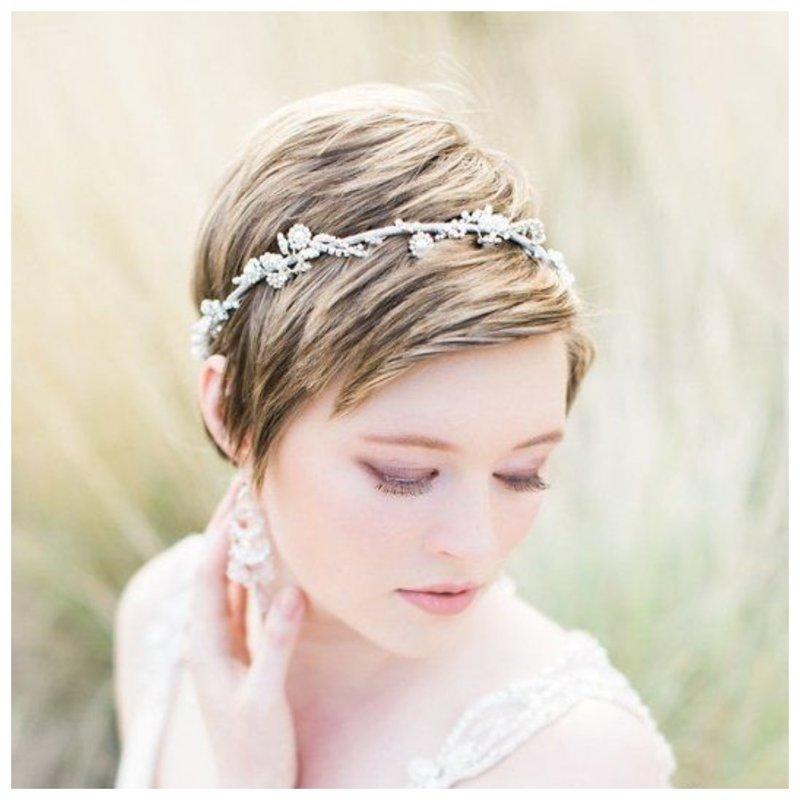 Модная прическа на свадьбу с украшением