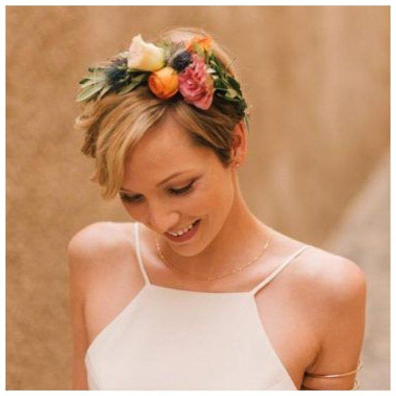Невеста с короткими волосами и венком из живых цветов