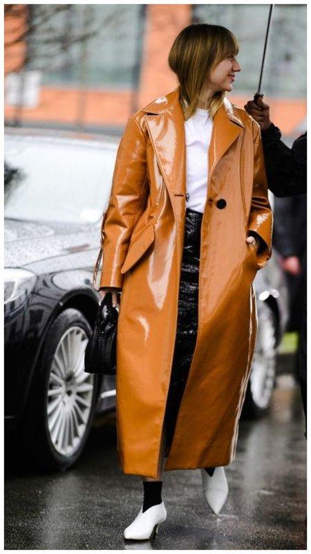 Модное кожаное пальто коричневого цвета
