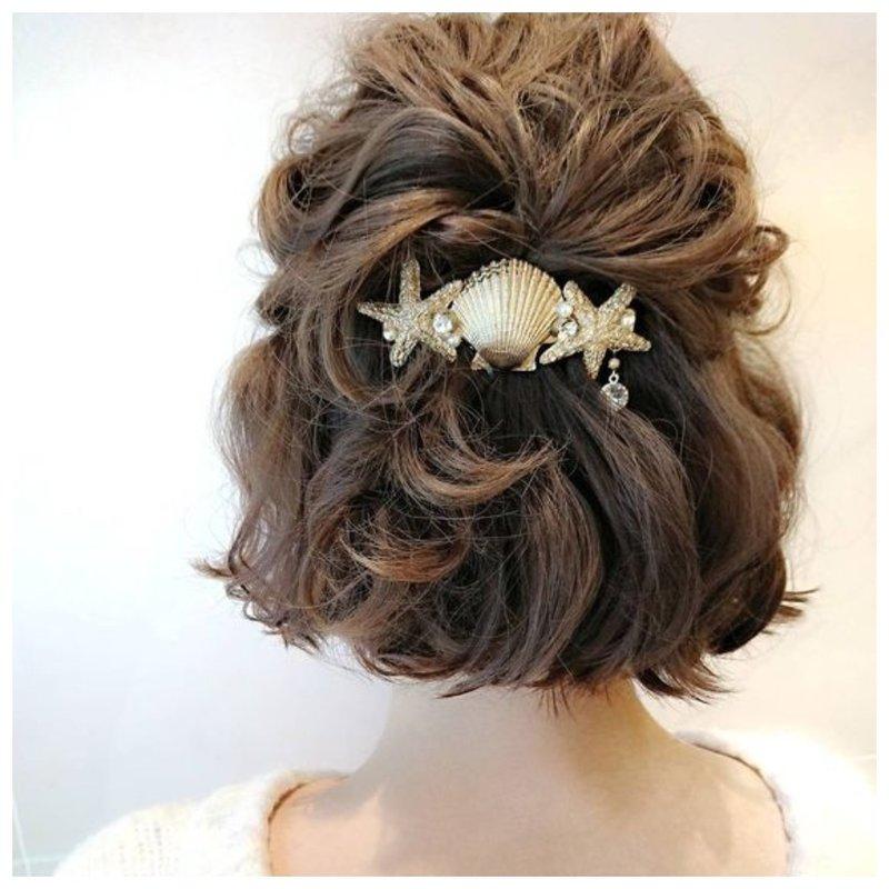 Невеста с украшениями в волосах в морской тематике