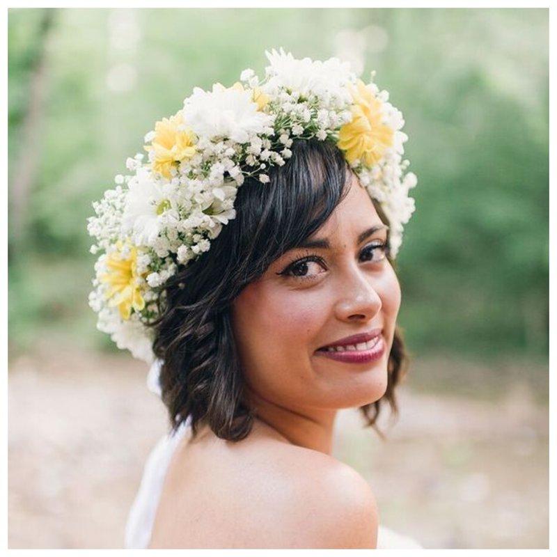 Невеста с венком из полевых цветов