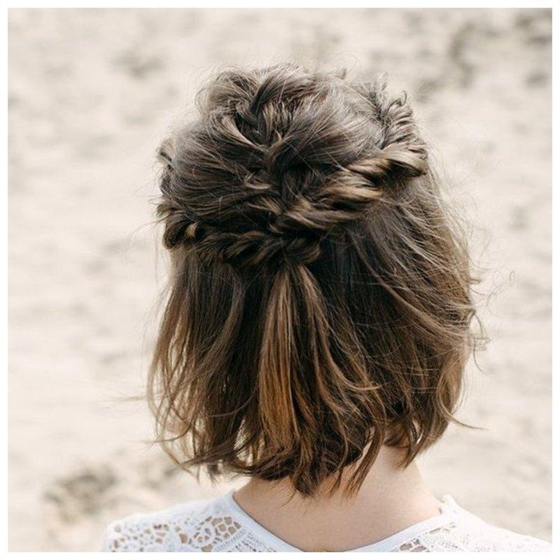 Прическа с плетением для коротких волос