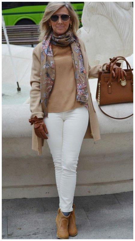 Женщина в стильном коричневом наряде