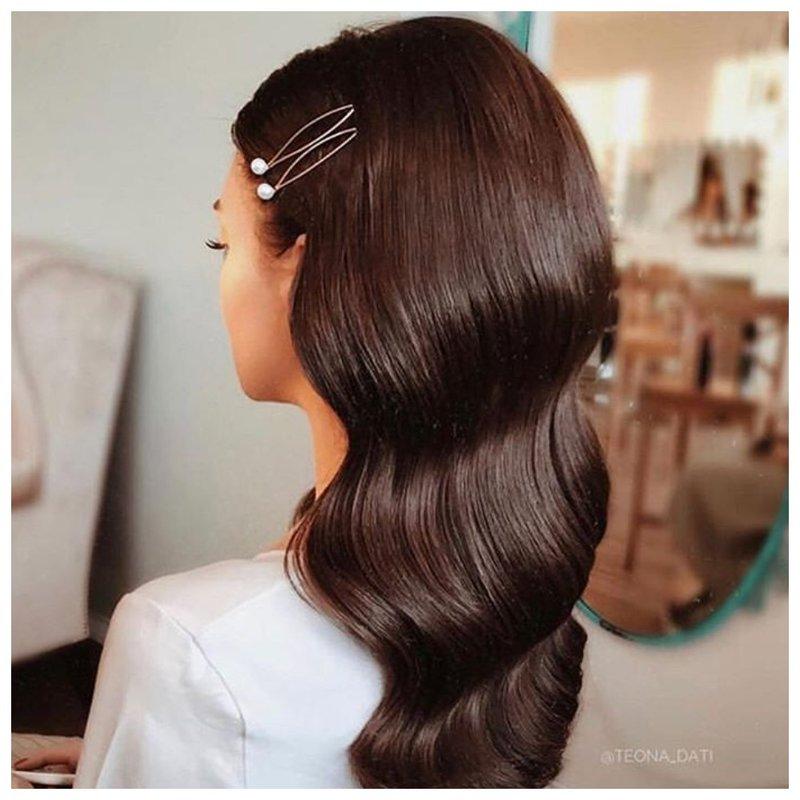 Невеста с заколками на волосах