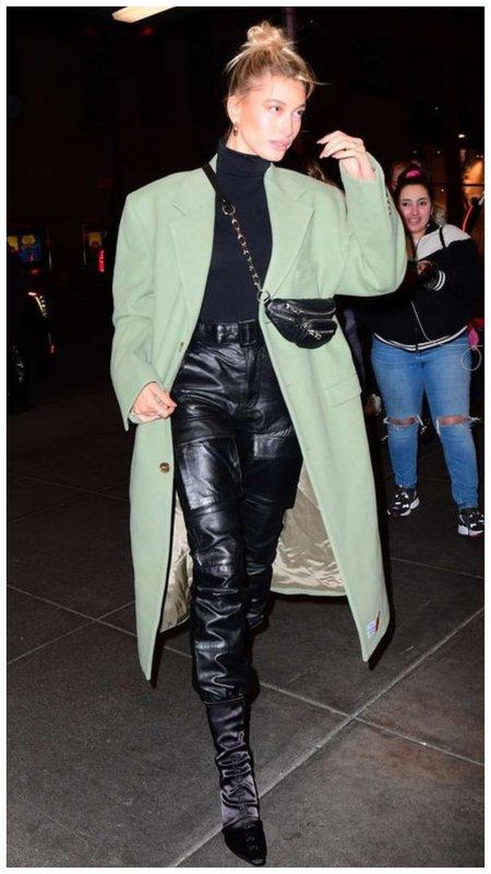 Стильный осенний образ Хейли Бибер с пальто