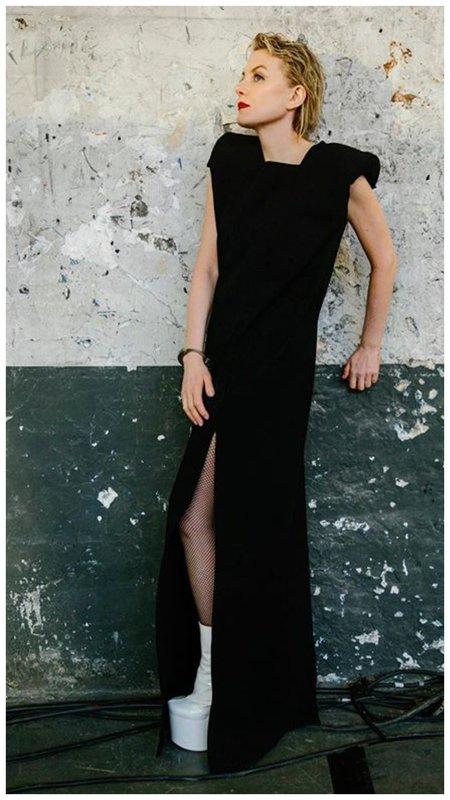 Рената Литвинова в черном платье