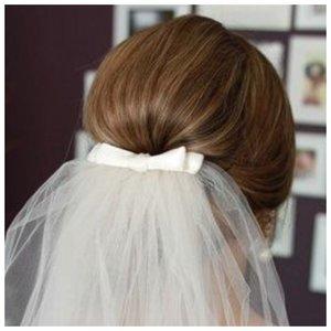 Средний пучок с фатой на свадьбу