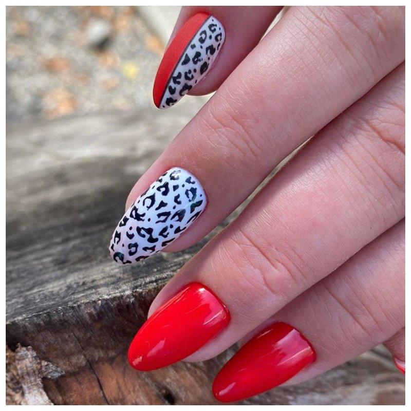 Красные ногти с белым леопардовым дизайном