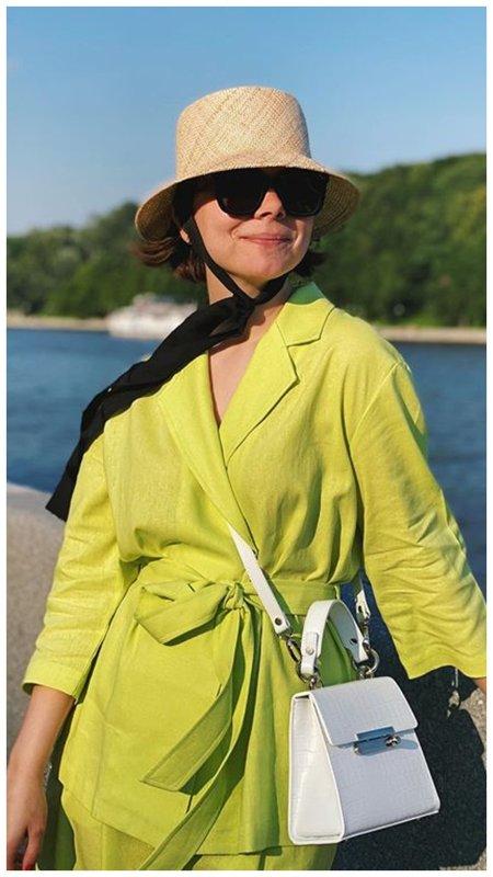 Брухунова в шляпке и зеленом костюме