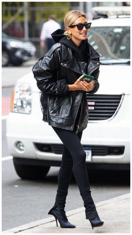 Хейли Бибер в черной модной косухе