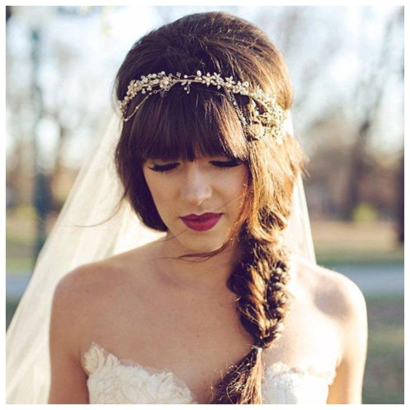 Прическа на свадьбу с косой и челкой