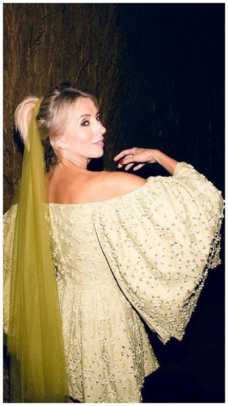 Светлана Бондарчук в фисташковом платье с объемными рукавами