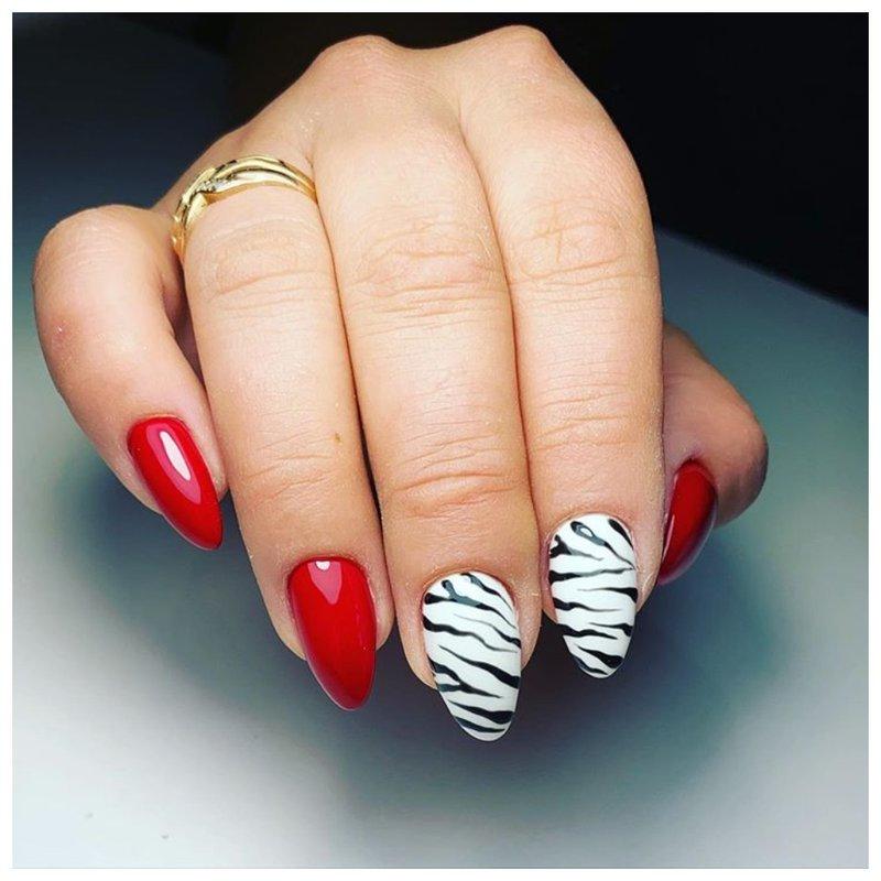 Красный маникюр с белым тигровым принтом