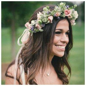 Невеста с венком из натуральных цветов
