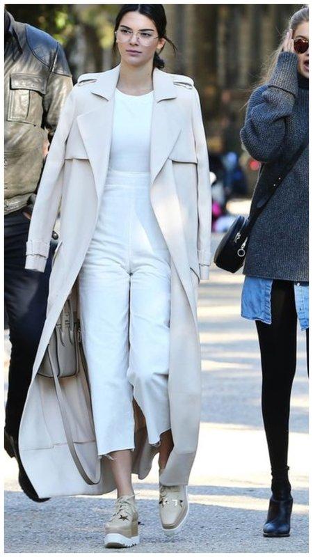Стильные белые джинсы