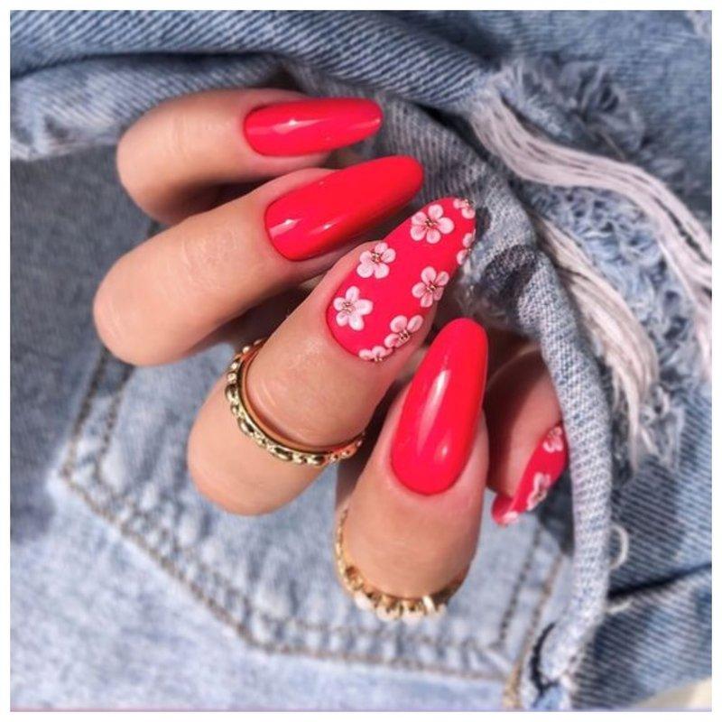 Нежная лепка на красных ногтях