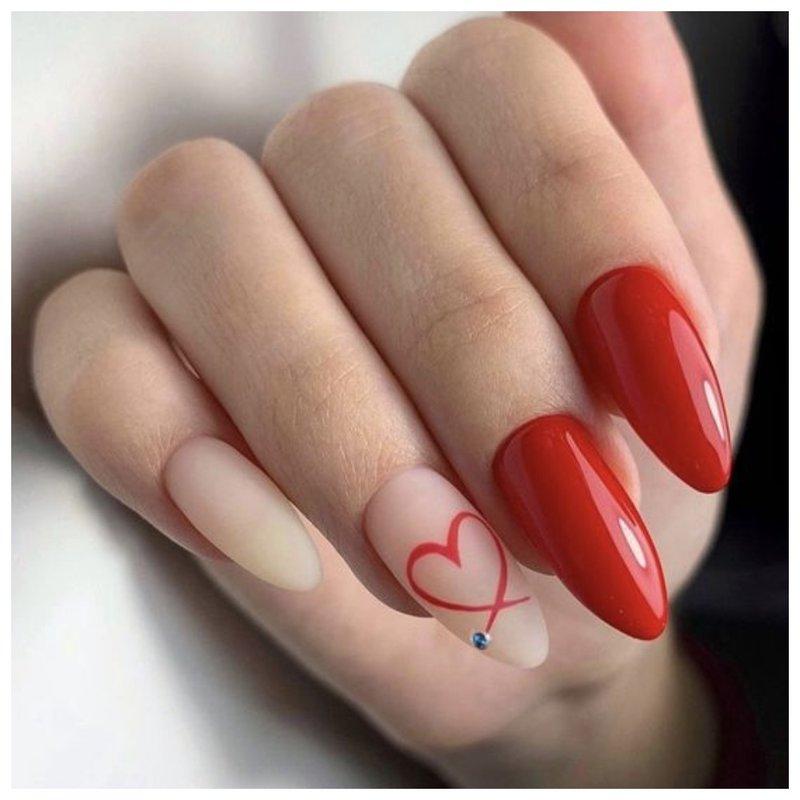 Красные ногти с сердцем