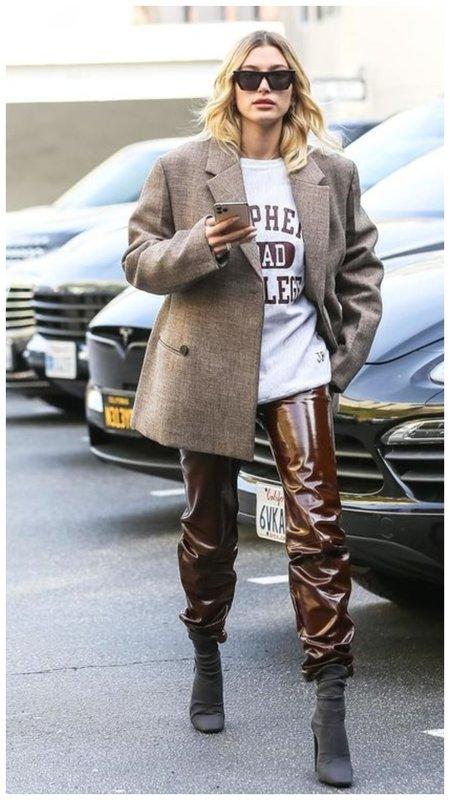 Хейли Бибер в лаковых брюках