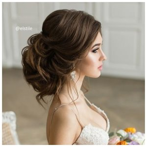 Красивая невеста с длинными волосами