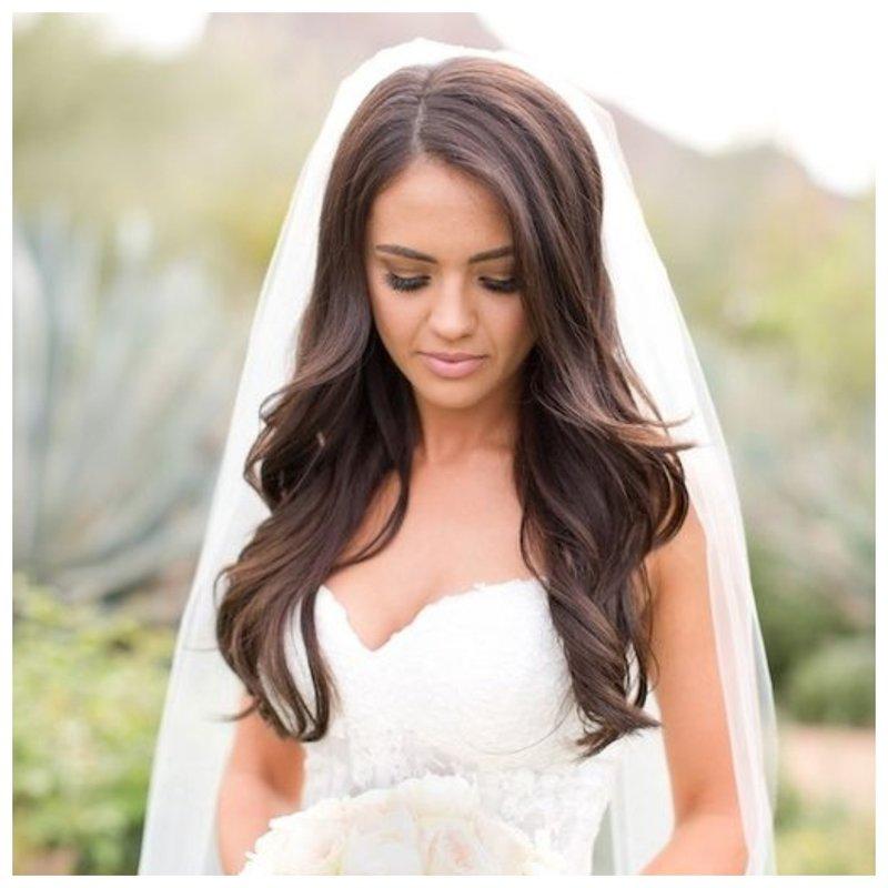 Невеста с укладкой и длинной фатой