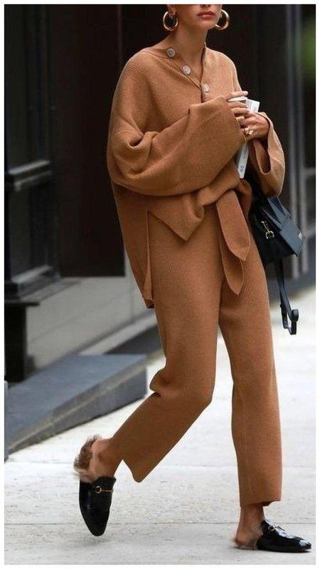 Хейли Бибер в трикотажном костюме