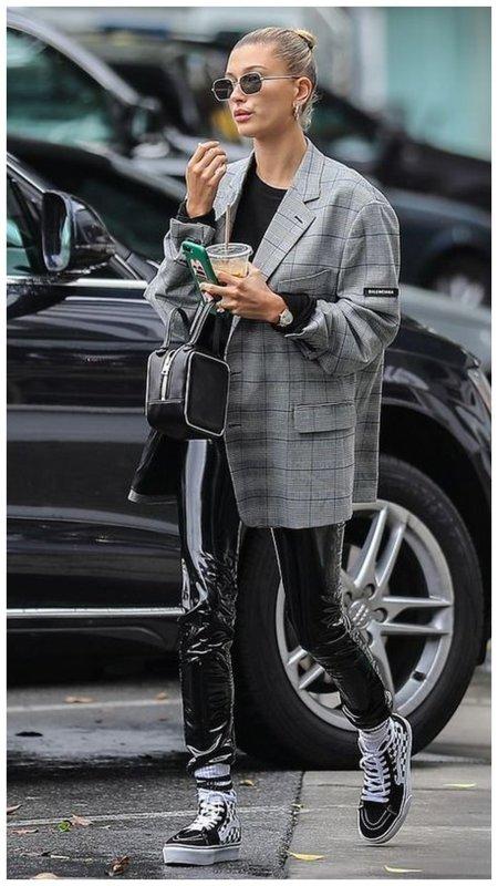 Пиджак и виниловые штаны фото