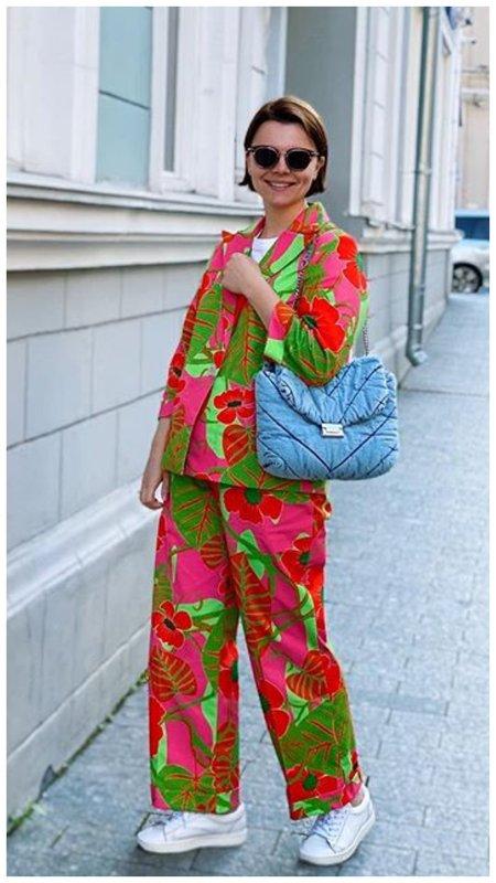 Татьяна Брухунова в цветном костюме