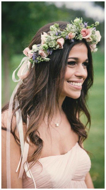Красивая невеста с венком из живых цветов