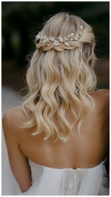 Нежная прическа для блондинки невесты