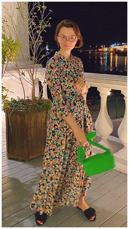 Длинное платье с цветами и зеленая сумка
