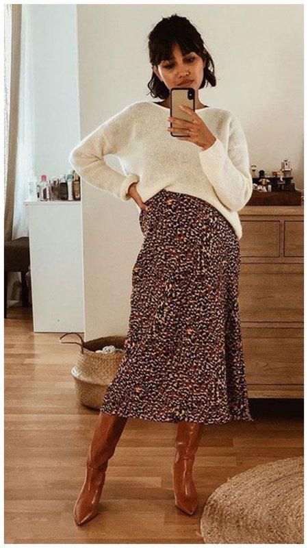 Осенний образ с юбкой с принтом и сапогами