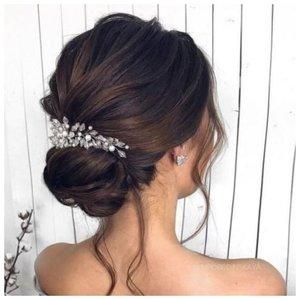 Прическа с украшением на свадьбу