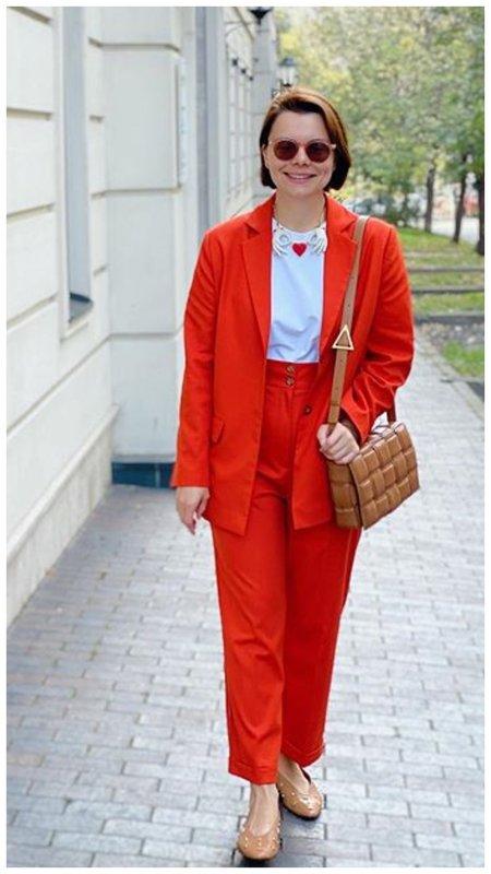 Татьяна Брухунова в оранжевом костюме