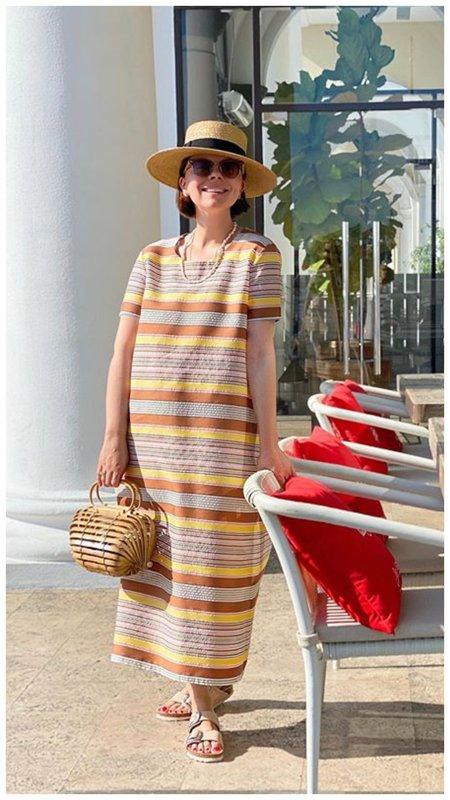 Брухунова в шляпке и платье в полоску