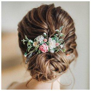 Пучок с живыми цветами - свадебная прическа