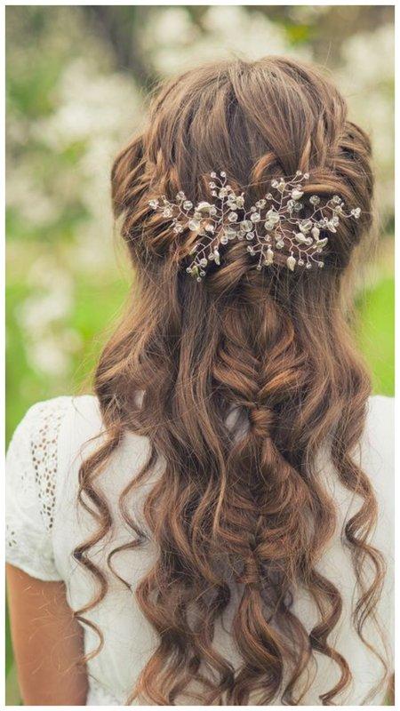 Нежная прическа для невесты с живыми цветами