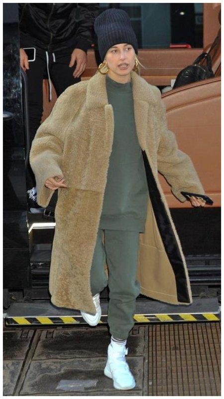 Хейли Бибер в спортивном костюме
