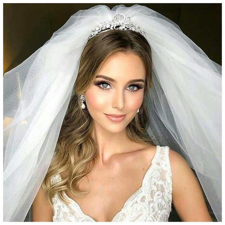 Невеста с распущенными волосами и фатой