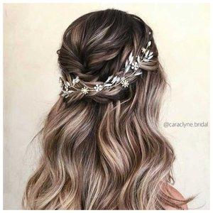 Прическа для распущенных волос средней длины