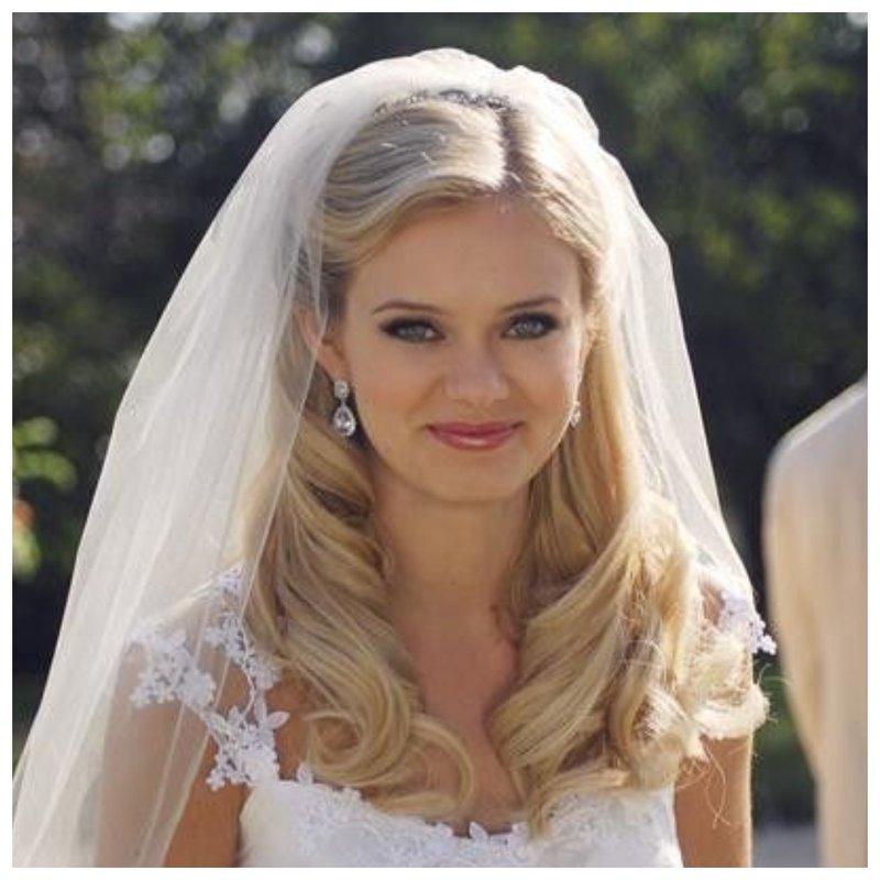 Красивая невеста с распущенными волосами