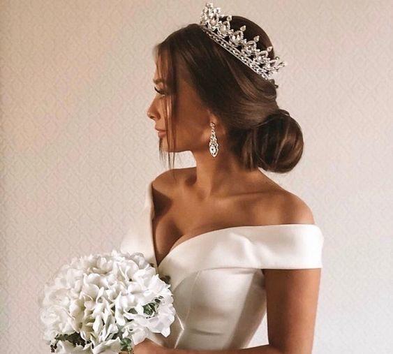 Красивая невеста с короной