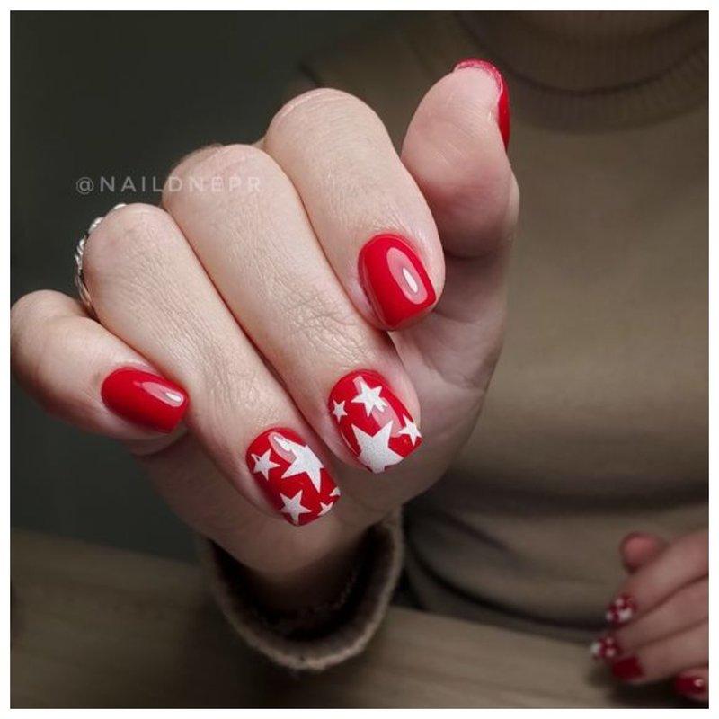 Красные ногти со звездами