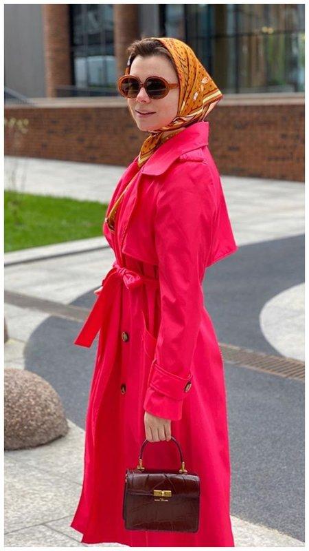 Брухунова в розовом плаще