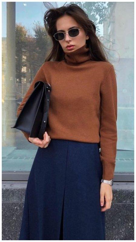 Красивый коричневый свитер